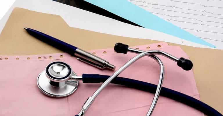 stethoscoop met pen en een blaadje