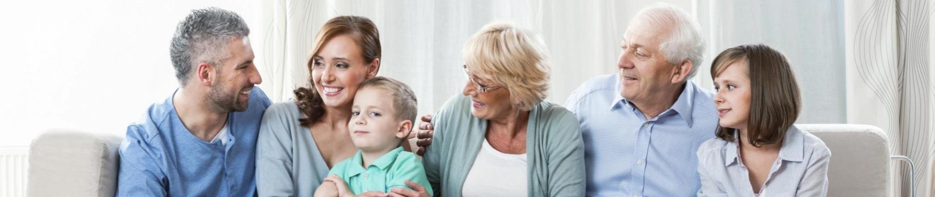 Gezin op de bank met opa en oma